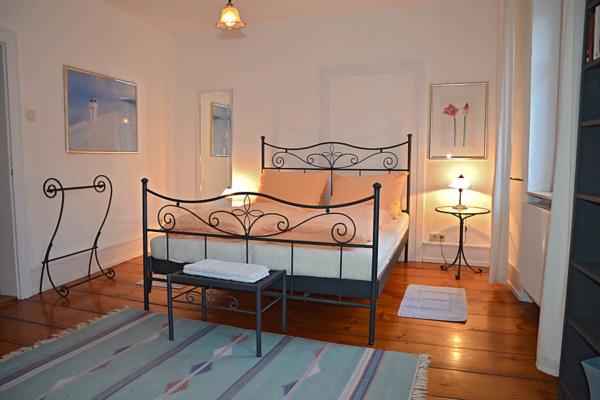 1. Schlafzimmer mit Doppelbett, Fewo Kirchbergblick (Haus am Schlossberg, Pfalz)
