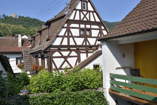 Blick aufs Hambacher Schloss vom Innenhof, Fewo Kirchbergblick (Haus am Schlossberg, Pfalz)