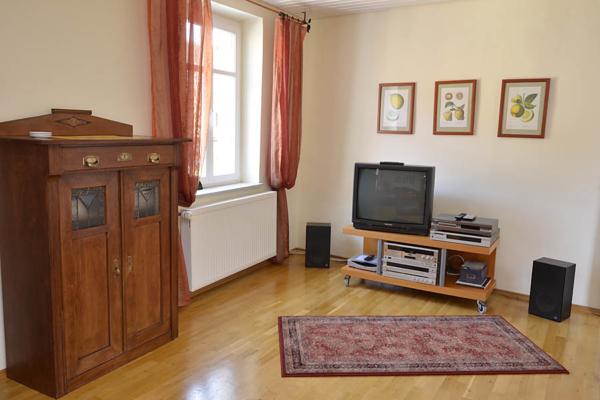Wohnzimmer mit Zugang zum Balkon, Fewo Kirchbergblick (Haus am Schlossberg, Pfalz)