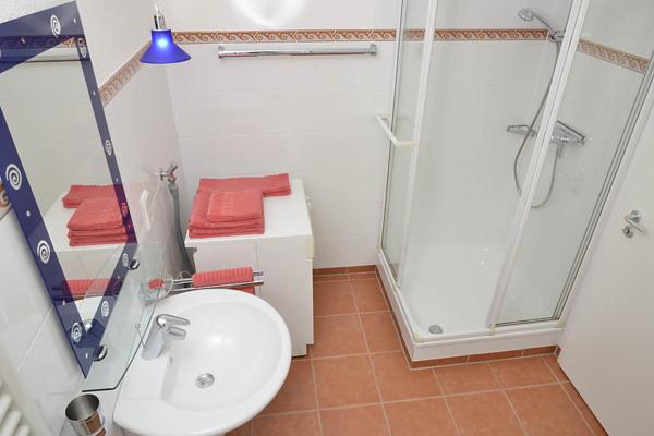 Bad mit Dusche / WC, Fewo Kirchbergblick (Haus am Schlossberg, Pfalz)
